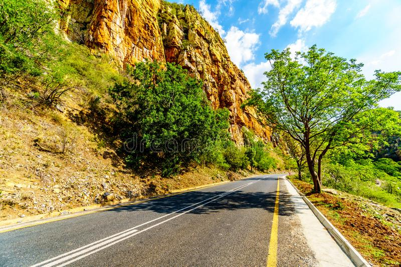 Autostrada R36 przy Abel Erasmus przepustką gdy ono iść przez Drakensbergen zdjęcia stock