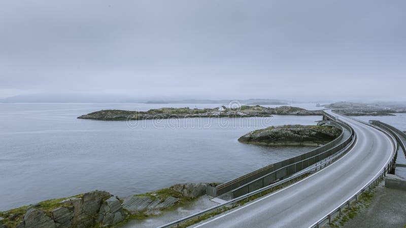 Autostrada robi swój sposobowi nad wyspami w Geitoya przez mostów, Norwegia obraz royalty free
