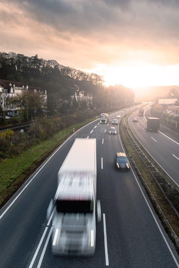 Autostrada ruch drogowy przy zmierzchem fotografia stock