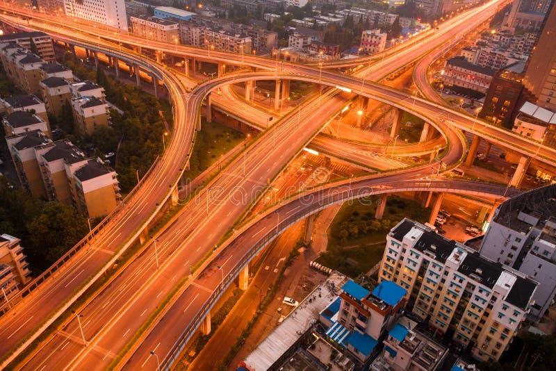 Autostrada senza pedaggio nella notte con l'indicatore luminoso delle automobili fotografie stock libere da diritti