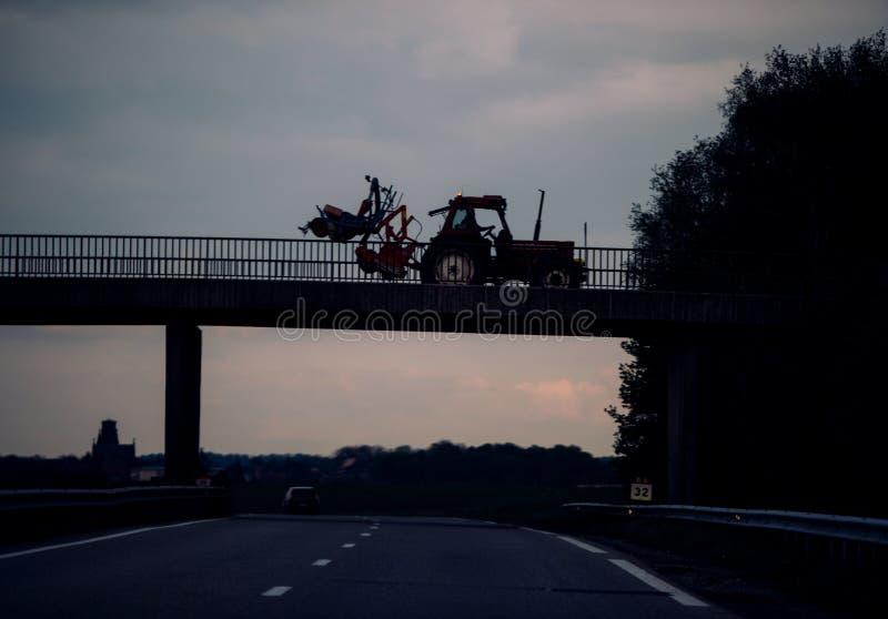 Autostrada tedesca con il trattore che guida sul ponte fotografia stock libera da diritti