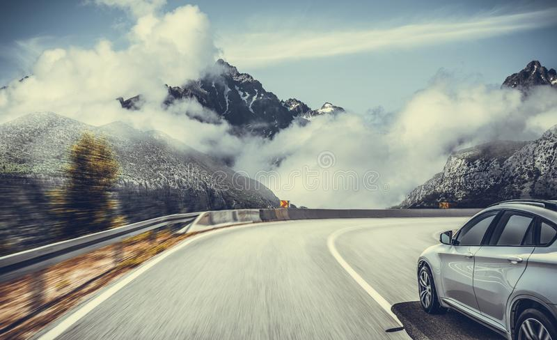 Autostrada wśród halnej scenerii Bia?y samoch?d na halnej drodze zdjęcia royalty free