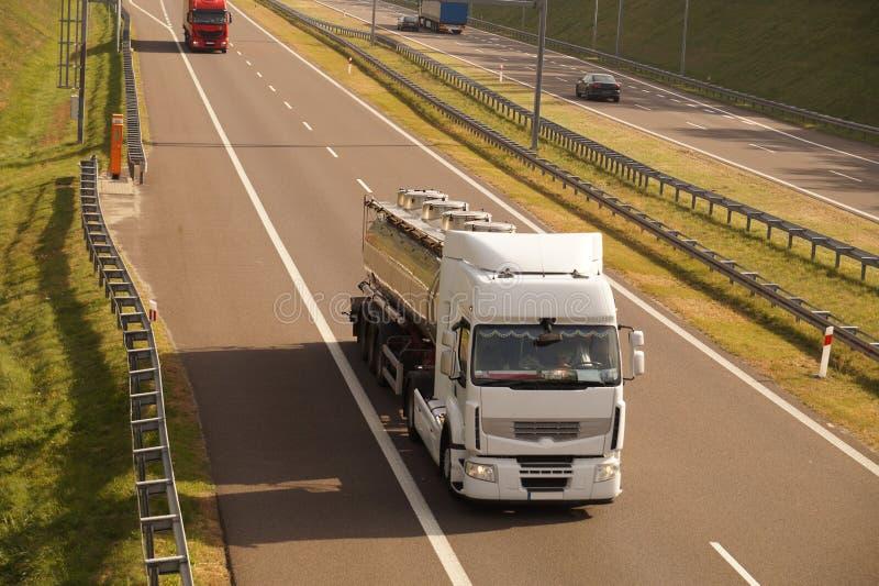 Autostrada w jesieni słońcu Ciężarówki i samochody ruszają się z dużą prędkością obraz stock