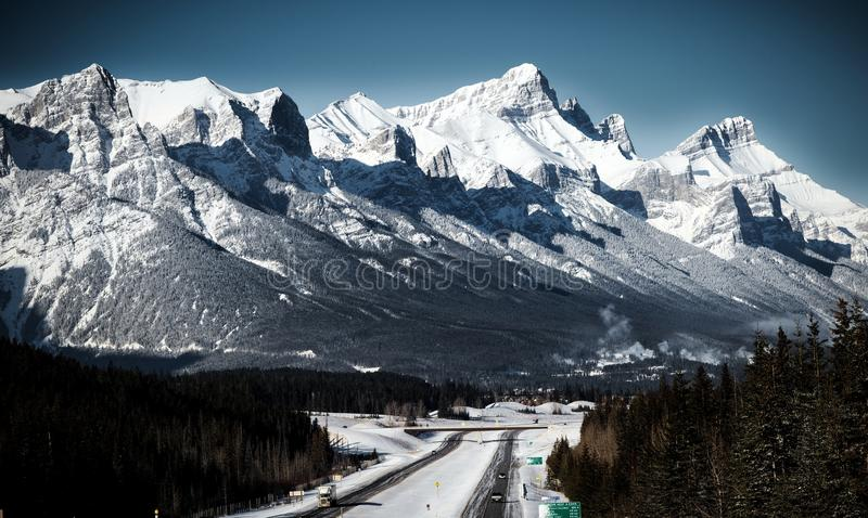Autostrada w kanadyjskich skalistych górach Canmore, Alberta fotografia royalty free