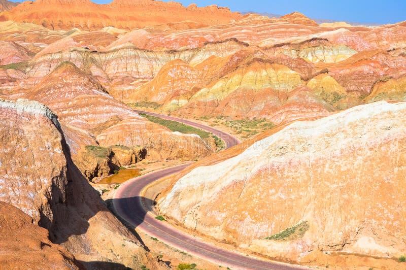 Autostrada w Kolorowych górach fotografia stock