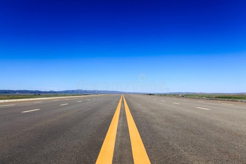 Autostrada w stepie przeciw niebieskiemu niebu zdjęcia stock