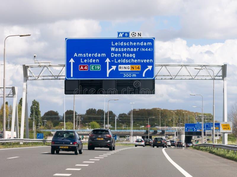 Autostrada A4 z ruchem drogowym i trasą podpisuje Haga, holandie zdjęcie royalty free