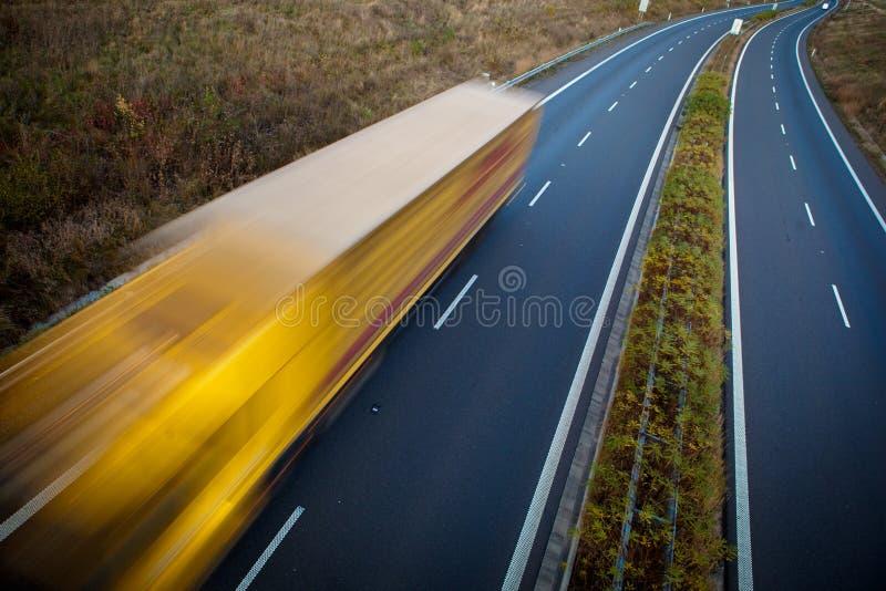 Autostrady ruch drogowy - ruch zamazująca ciężarówka obraz royalty free