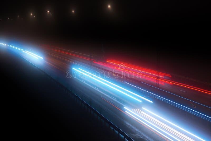 Autostrady ruch drogowy w wieczór zdjęcia stock