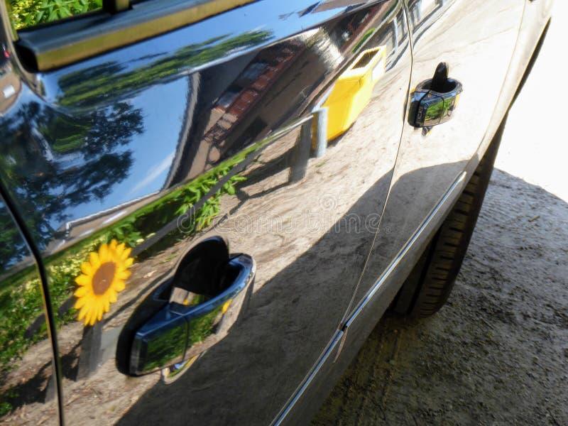 Autotüren mit Griffen und Reflexion Autotür auf blauem Auto stockbilder