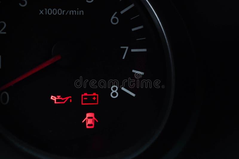 Autotachometer met het branden van indicatoren over de staat van systemen stock afbeeldingen