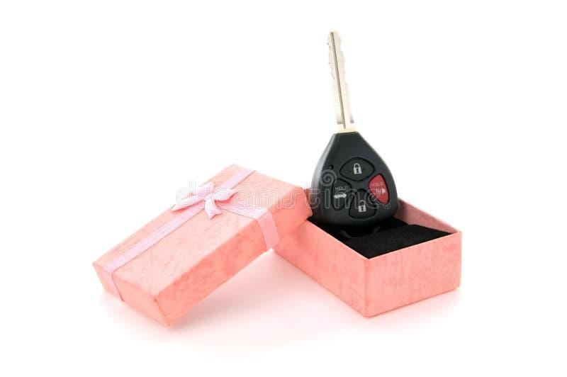 Autotaste in einem rosafarbenen Geschenk-Kasten lizenzfreies stockfoto