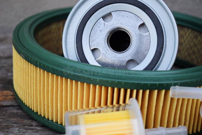 Autoteilzusätze: Öl, Brennstoff oder Luftfilter für Maschinenauto stockfoto