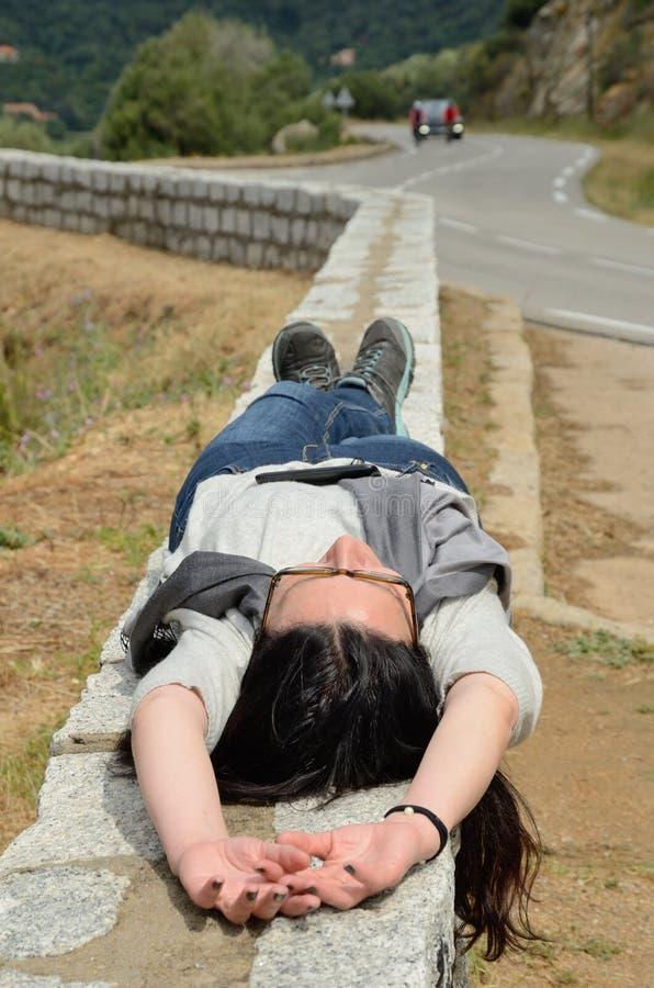 Autotourist que descansa na estrada da montanha imagens de stock royalty free