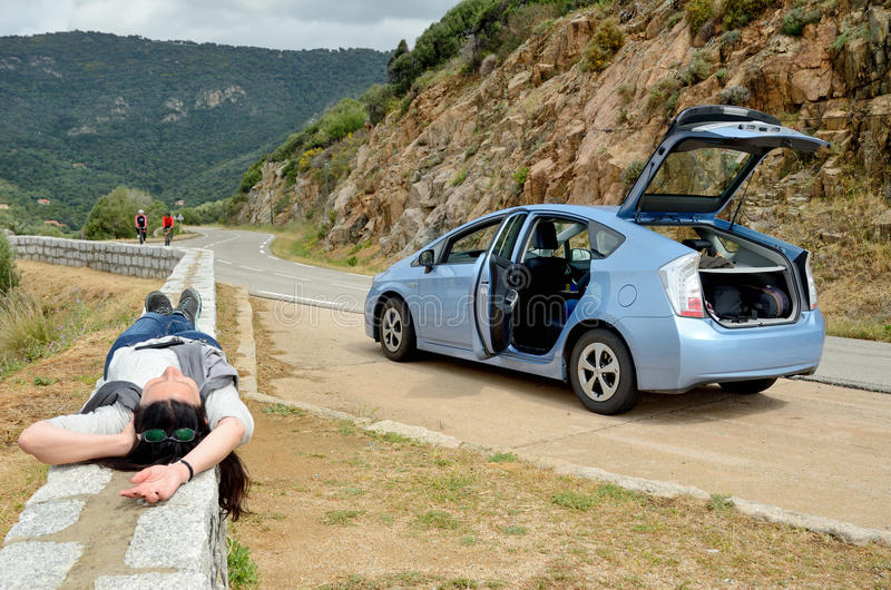 Autotourist se reposant sur la route corse de montagne photo stock