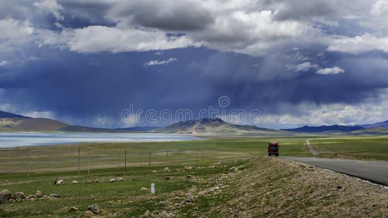 Autotruck på den tibetana vägen royaltyfri bild