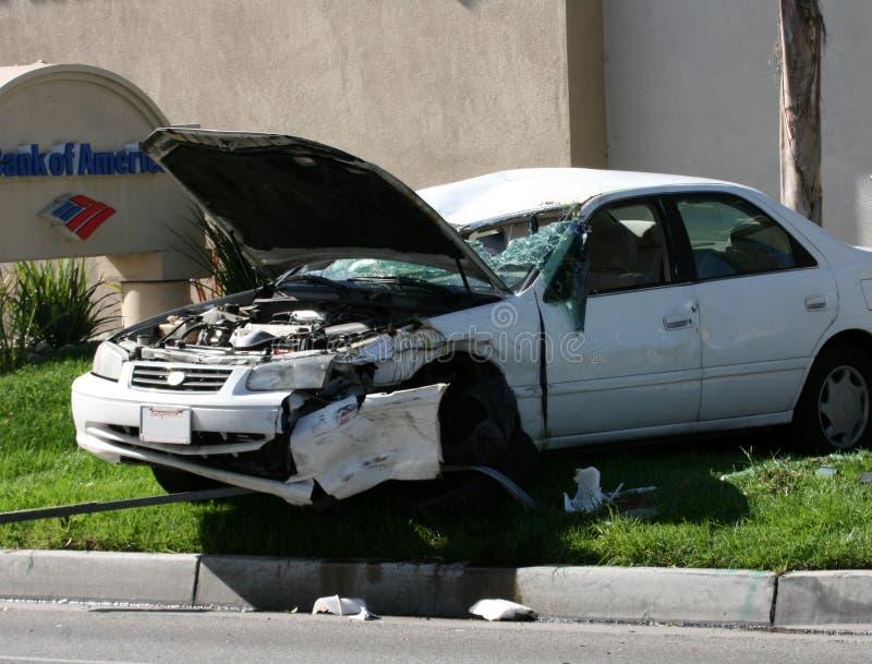 Autounfall auf dem Gras stockfotografie