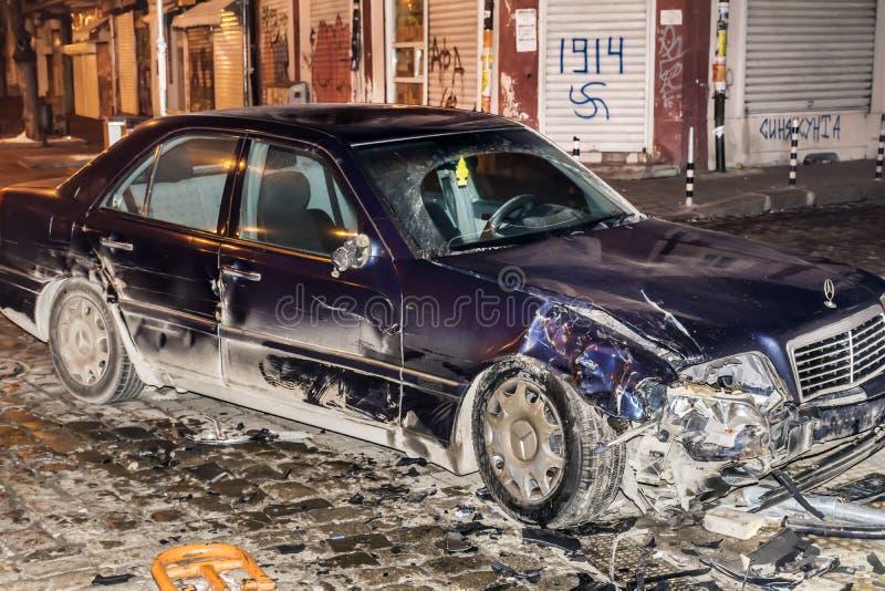 Autounfall bis zum Nacht stockfoto