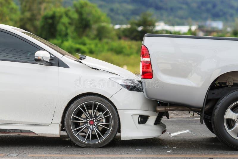 Autounfall, der zwei Autos auf der Straße mit einbezieht stockfotografie