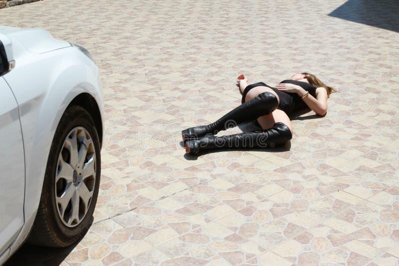 Autounfall mit Frau lizenzfreie stockfotos