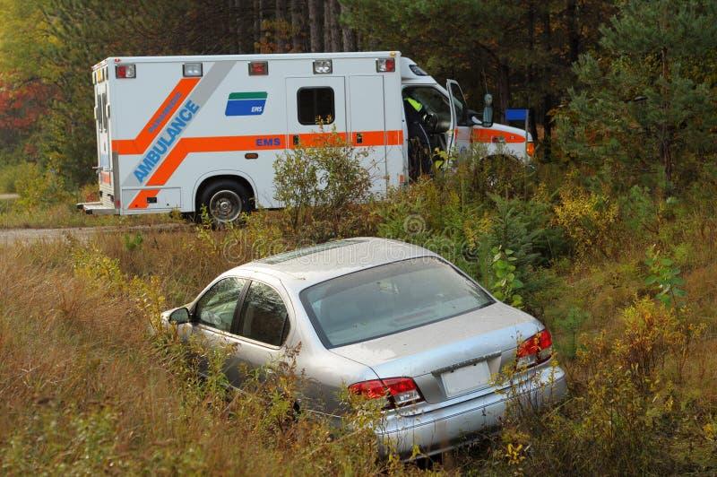Autounfall und Krankenwagen lizenzfreie stockfotografie