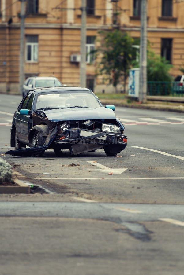 Autounfallunfall auf einer Stadtstraße, schädigendes Automobil nach coll stockfoto