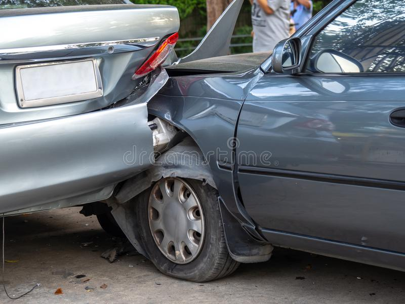 Autounfallunfall auf Straße mit Wrack und schädigenden Automobilen Unfall verursacht durch Nachlässigkeit und Mangel an Fähigkeit stockfoto