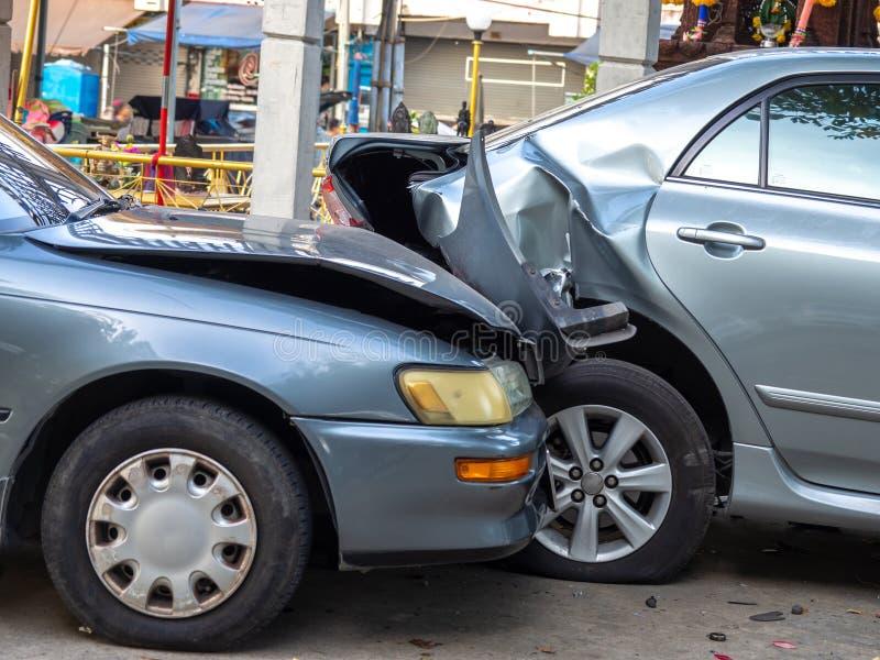 Autounfallunfall auf Straße mit Wrack und schädigenden Automobilen Unfall verursacht durch Nachlässigkeit und Mangel an Fähigkeit lizenzfreie stockbilder