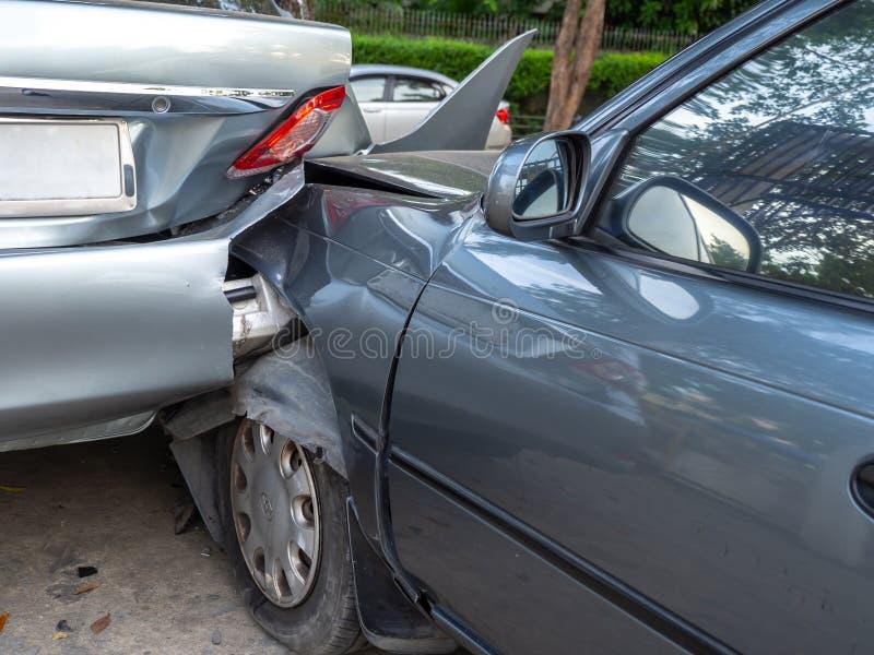 Autounfallunfall auf Straße mit Wrack und schädigenden Automobilen Unfall verursacht durch Nachlässigkeit und Mangel an Fähigkeit stockbild