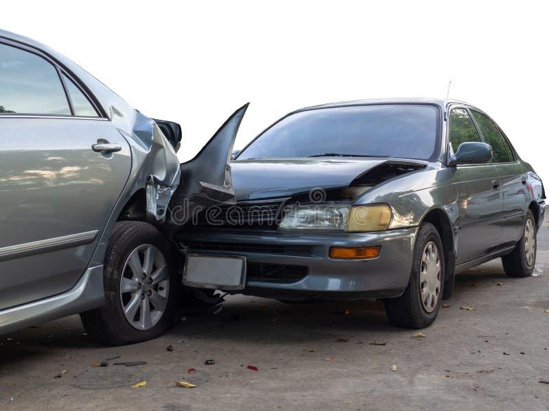 Autounfallunfall auf Straße mit Wrack und schädigenden Automobilen Unfall verursacht durch Nachlässigkeit und Mangel an Fähigkeit stockfotografie