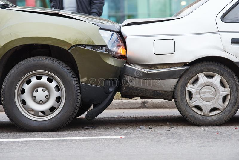 Autounfallunfall auf Straße, schädigende Automobile nach Zusammenstoß in der Stadt stockfoto