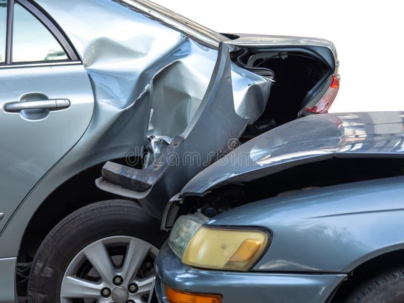 Autounfallunfall auf Stra?e mit Wrack und sch?digenden Automobilen Unfall verursacht durch Nachl?ssigkeit und Mangel an F?higkeit lizenzfreie stockfotografie