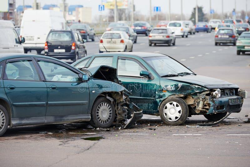 Autounfallzusammenstoß in der städtischen Straße stockfotografie