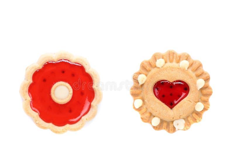Autour de et biscuit en forme de coeur de fraise. images stock