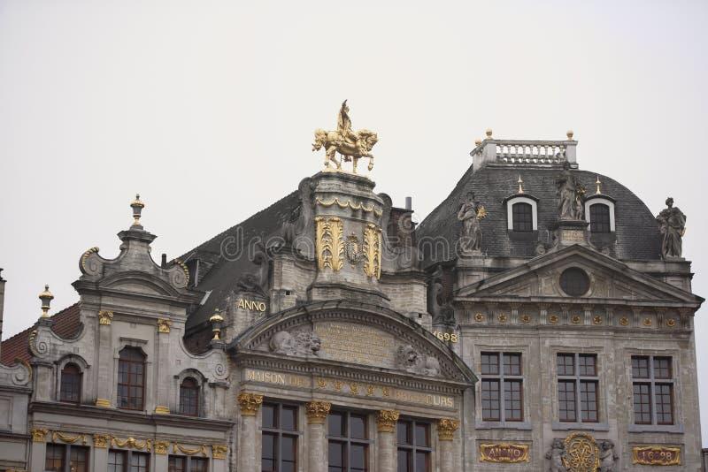 Autour de Grand Place sont l'ancienne maison localisée de guilde Chacun de t photos libres de droits