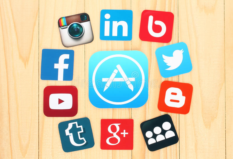 Autour de l'icône d'AppStore sont les icônes sociales célèbres placées de media photographie stock libre de droits