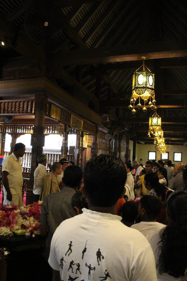 Autour de la relique du temple de la dent sacrée à Kandy photos stock