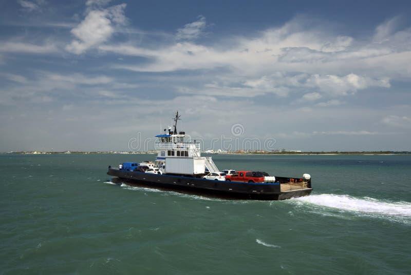 Autoveerboot aan en van Ocracoke-Eiland, Buitenbanken, Noord-Carolina royalty-vrije stock foto's