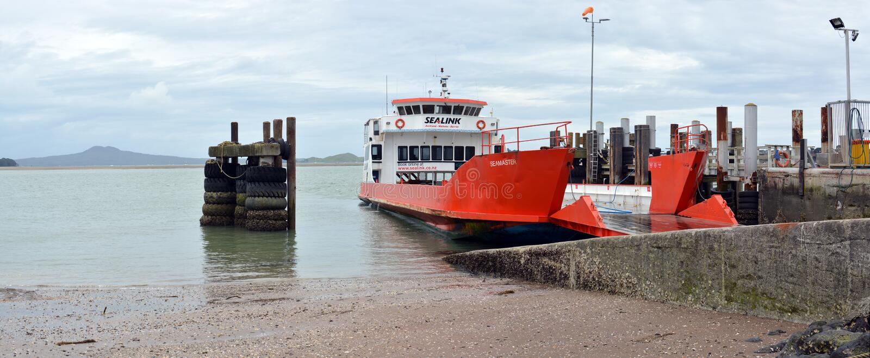 Autoveerboot bij Halve Maanbaai, Auckland, Nieuw Zeeland stock foto's
