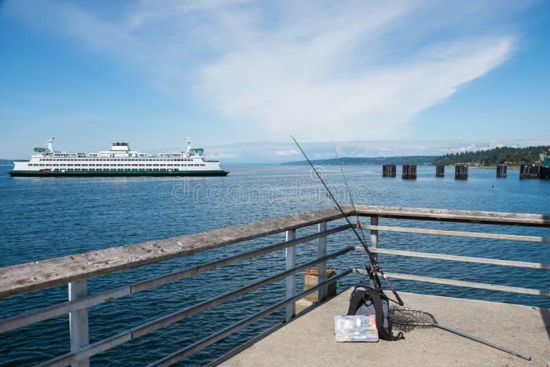 Autoveerboot en Visserijpijler stock fotografie