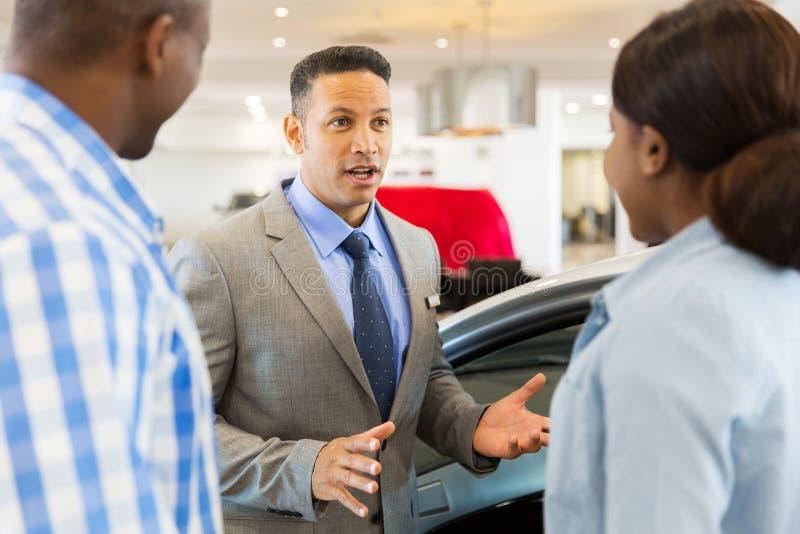 Autoverkäufer-Afrikanerpaare stockfotos