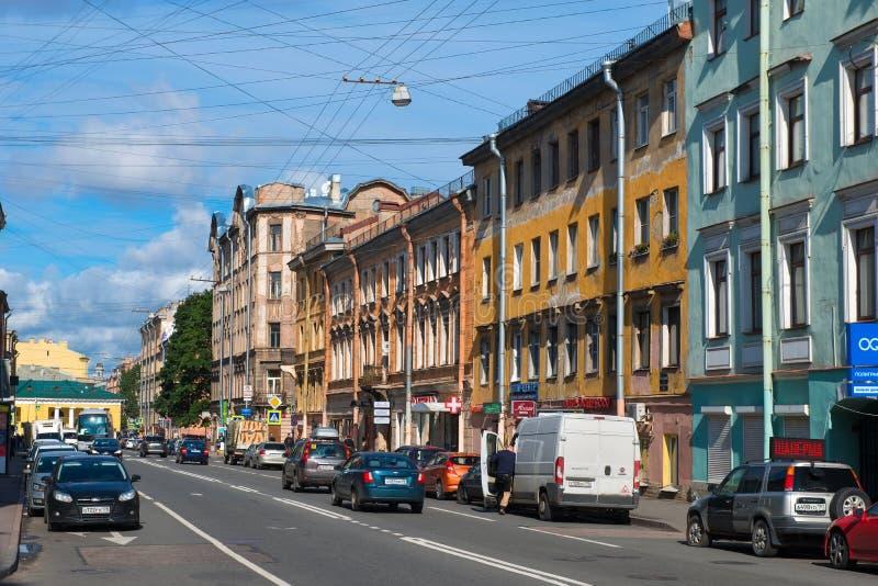 Autoverkeer op de straat Razyezzhaya stock foto