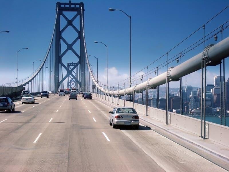 Autoverkehr auf einer Brücke stockfotos