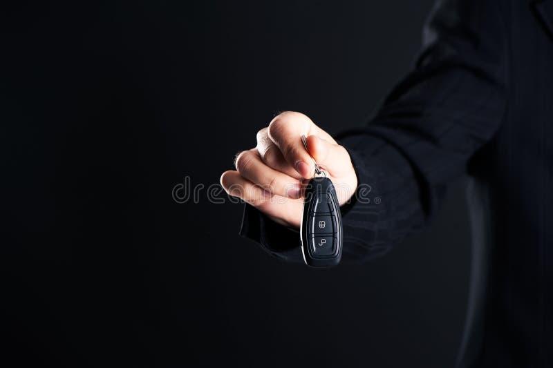 Autoverkoper die uw nieuwe autosleutels, handel drijven en verkoop overhandigen royalty-vrije stock fotografie