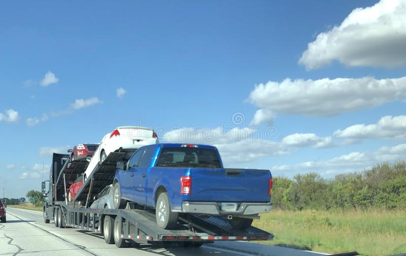 Autovervoer met Vrachtwagens en Auto's royalty-vrije stock afbeeldingen