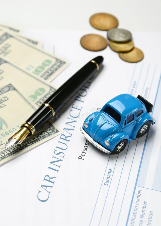 Autoverzekeringspolis met rond pen en geld royalty-vrije stock fotografie