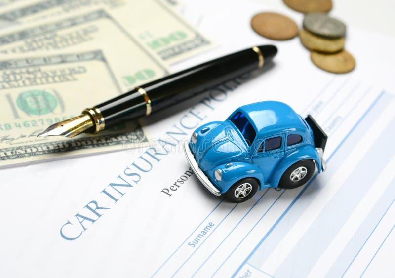 Autoverzekeringspolis met rond pen en geld stock foto