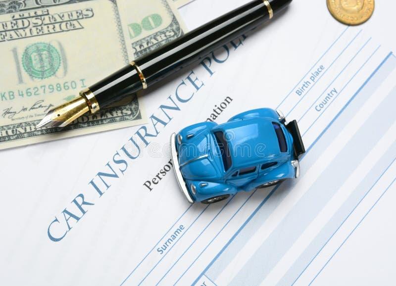 Autoverzekeringspolis met rond pen en geld stock fotografie