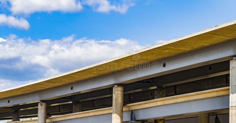 Autoviaduct op een achtergrond van blauwe hemel met wolken royalty-vrije stock fotografie