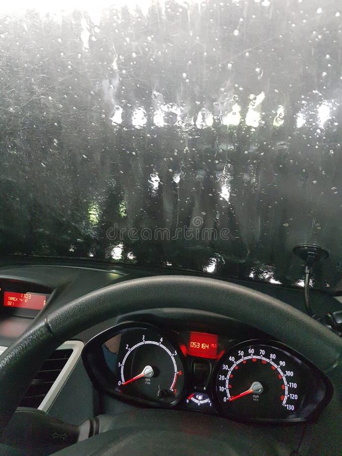 Autowashington-saubere Maschine, Autowäsche mit Schwamm und Schlauch lizenzfreie stockbilder